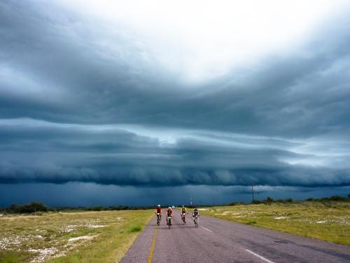 TdA-Fahrer vor einer Gewitterfront - Bild von Kristian Pletten