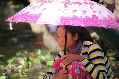 Junge Khmer kokettiert mit den Touristen